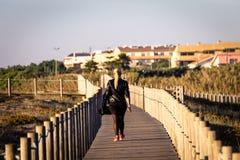 Прогулки женщины на променаде стоковые изображения rf