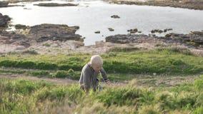 Прогулки мальчика белокурые в парке морем акции видеоматериалы