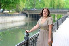 прогулки парка девушки толстенькие молодые Стоковые Фото