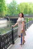 прогулки парка девушки толстенькие молодые Стоковое Изображение