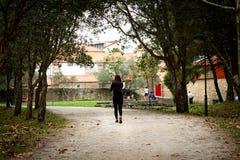 прогулки парка девушки стоковая фотография rf