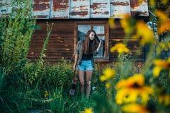 Прогулки с гитарой в саде стоковые фотографии rf