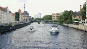 Прогулочные катера вокруг моста Moltke Этот мост над рекой оживления в Берлине, Германии акции видеоматериалы