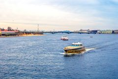 Прогулочный катер идет на реку в Санкт-Петербурге стоковая фотография rf