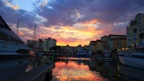 Прогулочный катер и порт Gruissan на заходе солнца в од Франция сток-видео