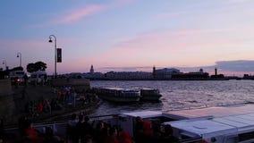 Прогулочный катер плавает через каналы Санкт-Петербурга на предпосылке красивого фиолетового захода солнца Теплый вечер сток-видео