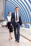 Прогулка бизнесмена и коммерсантки Стоковое Фото