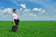 Прогулка бизнес-леди на поле зеленой травы внешнем Красивая маленькая девочка одела в костюме, ландшафте весны, ярком солнечном д Стоковая Фотография RF