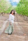 Прогулка весны в зеленом переулке Стоковые Фотографии RF