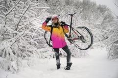Прогулка в снежностяхbicycleСтоковое Изображение