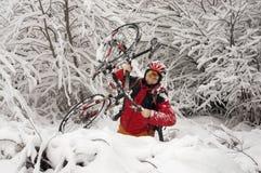 Прогулка в снежностяхbicycleСтоковая Фотография