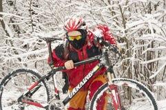 Прогулка в снежностяхbicycleСтоковые Изображения RF