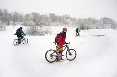 Прогулка в снежностяхbicycleСтоковое Изображение RF