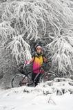Прогулка в снежностяхbicycleСтоковая Фотография RF