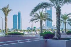 Прогулка в Abu Dabi Мы можем увидеть улицу, башни, здания и l Стоковая Фотография RF