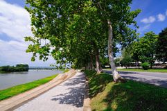 Прогулка города вдоль реки стоковые фотографии rf