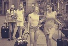 Прогулка девушек и волоча чемоданы Стоковая Фотография
