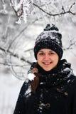 Прогулка девушки зимы в снеге Стоковое фото RF