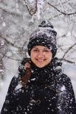 Прогулка девушки зимы в снеге Стоковое Фото