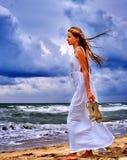 Прогулка девушки на море пляжа Стоковые Фотографии RF
