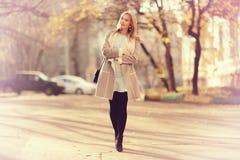 прогулка девушки счастливая Стоковая Фотография