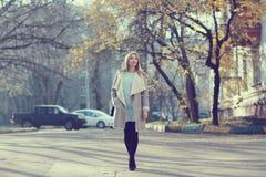 прогулка девушки счастливая Стоковые Фотографии RF