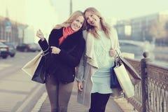 прогулка девушки счастливая Стоковая Фотография RF