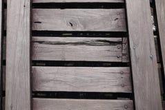 Прогулка деревянного моста через реку Стоковое Фото