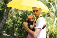 Прогулка лета. Отец с его симпатичной дочерью Стоковые Изображения