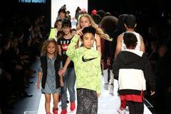 Прогулка детей финал взлётно-посадочная дорожка во время новобранца США представляет утес детей! Падение 2016 Стоковые Изображения