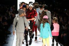 Прогулка детей финал взлётно-посадочная дорожка во время новобранца США представляет утес детей! Падение 2016 Стоковая Фотография