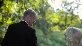 Прогулка жениха и невеста свадьбы сток-видео