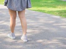 Прогулка женщины единственно под тенью дерева Стоковое Фото