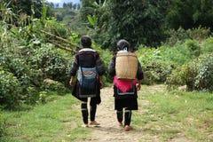 Прогулка женщин меньшинства Hmong через лес Стоковые Изображения