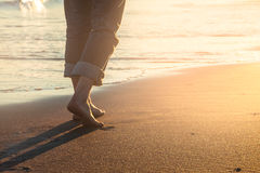 прогулка захода солнца пляжа Стоковое Изображение