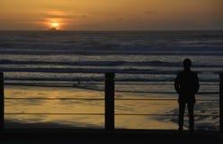 Прогулка захода солнца Стоковые Изображения