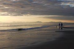 Прогулка захода солнца стоковое фото