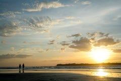 Прогулка захода солнца Стоковые Фотографии RF