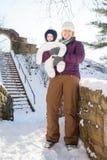 Прогулка зимы в снеге с мамой Стоковая Фотография RF