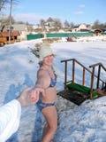 Прогулка зимы после сауны стоковая фотография