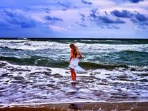 Прогулка моря девушки лета на пляже воды Стоковое фото RF