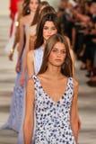 Прогулка моделей финал взлётно-посадочная дорожка нося весну 2016 Ральф Лорен во время недели моды Нью-Йорка Стоковые Изображения