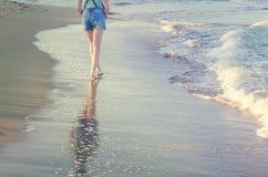Прогулка молодой женщины на пустом одичалом пляже Стоковая Фотография RF