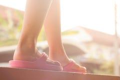 Прогулка на стене, винтажный тон маленькой девочки Стоковая Фотография RF