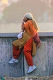 Прогулка отдыхая, Индия утра пожилой женщины Стоковые Фотографии RF