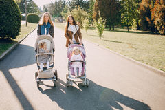 прогулка парка семьи Стоковая Фотография