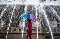 Прогулка перед фонтаном Стоковая Фотография