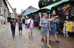 Прогулка покупателей через Чайна-таун в Сингапуре Стоковые Изображения RF