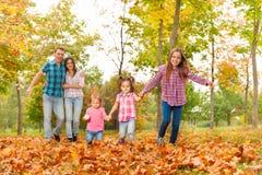 Прогулка родителей в парке с маленькими девочками Стоковое Фото
