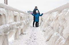 Прогулка семьи зимы на пляже Darlowo стоковое фото